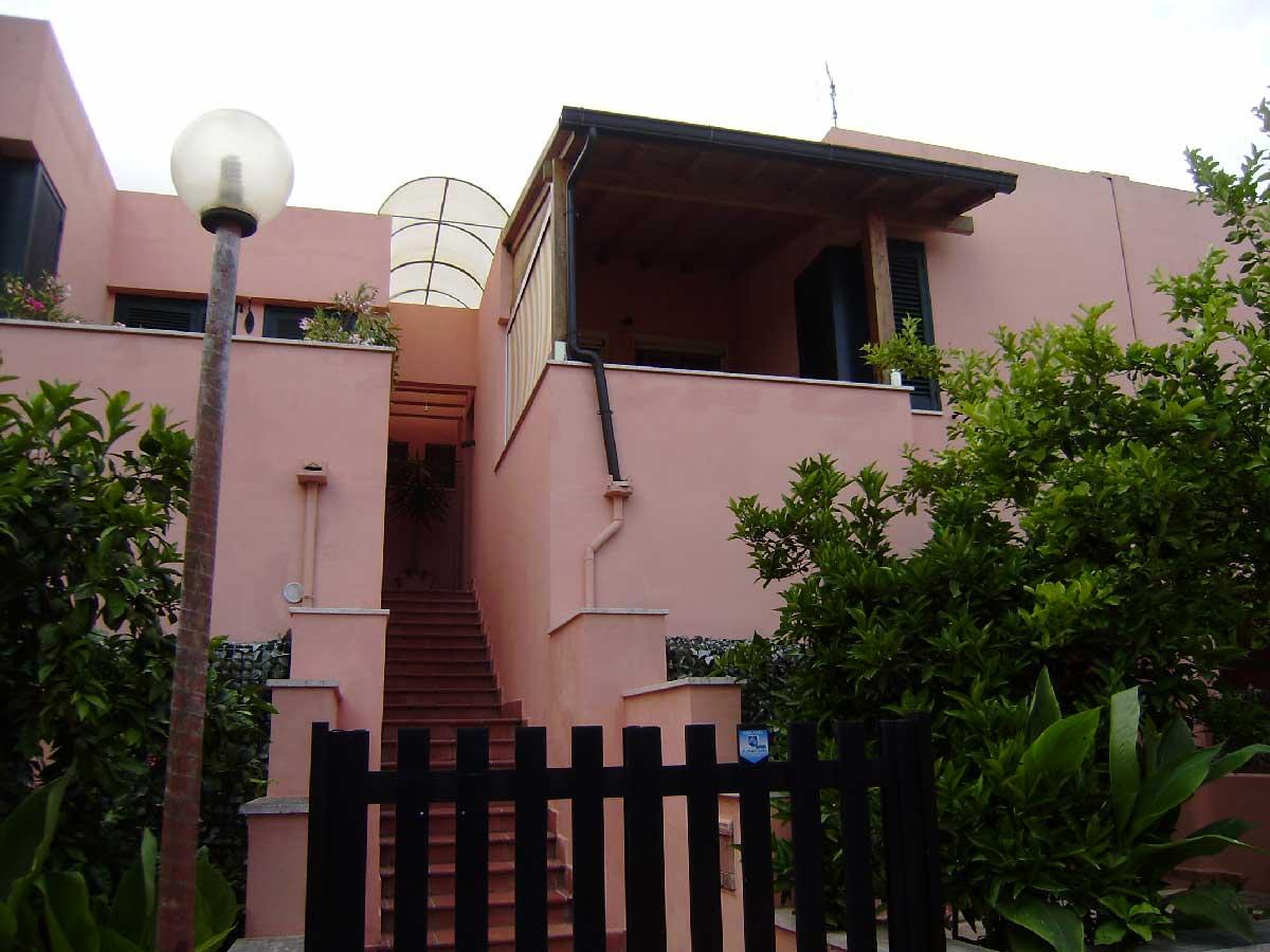 Appartamento centrale, primo piano in vendita ,ml 300 spiaggia Torre Dell'Orso. Cod. TDO 016
