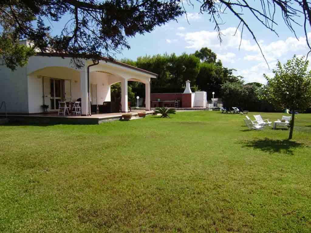 Villa immersa nel verde in affitto Torre dell'Orso spiaggia ml 450. Cod. TDO 073