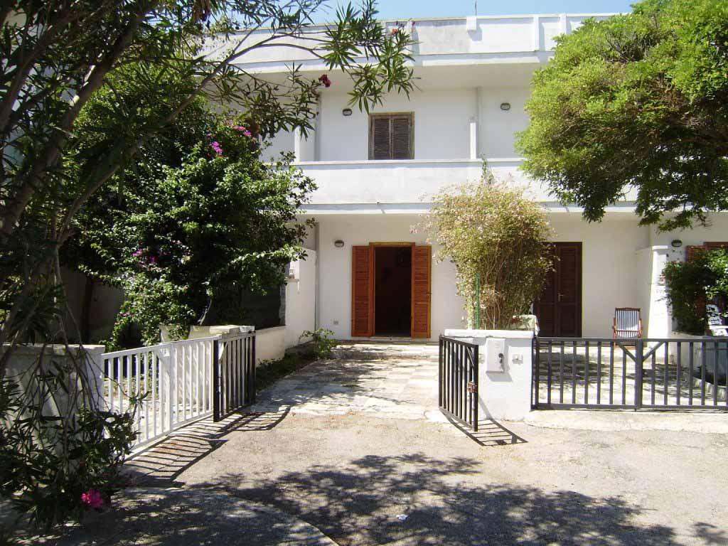 V 048 – TORRE DELL'ORSO – Appartamento quadrivani indipendente. Doppio giardino.  Ml 250 dal mare, ml  850 dalla spiaggia.