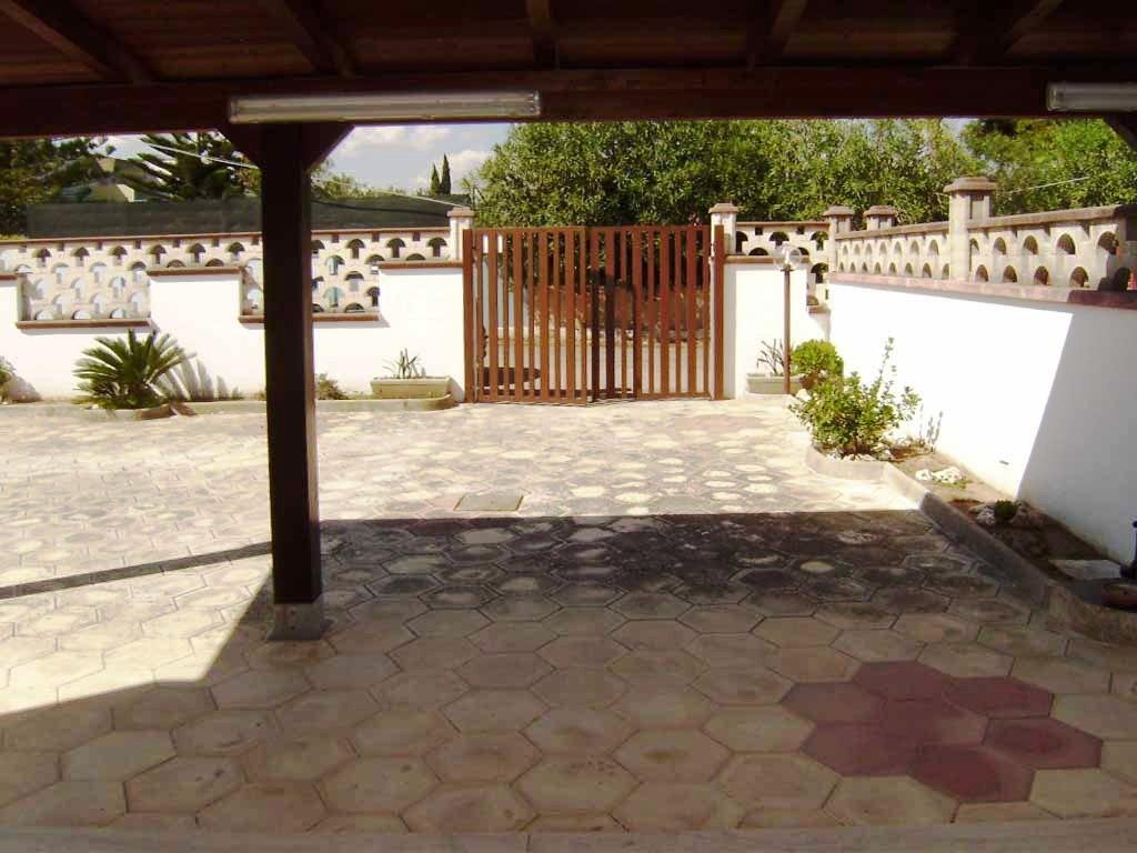 V 037 – TORRE DELL'ORSO  Vendesi villetta con ampio giardino, appartamento trilocale con tettoie
